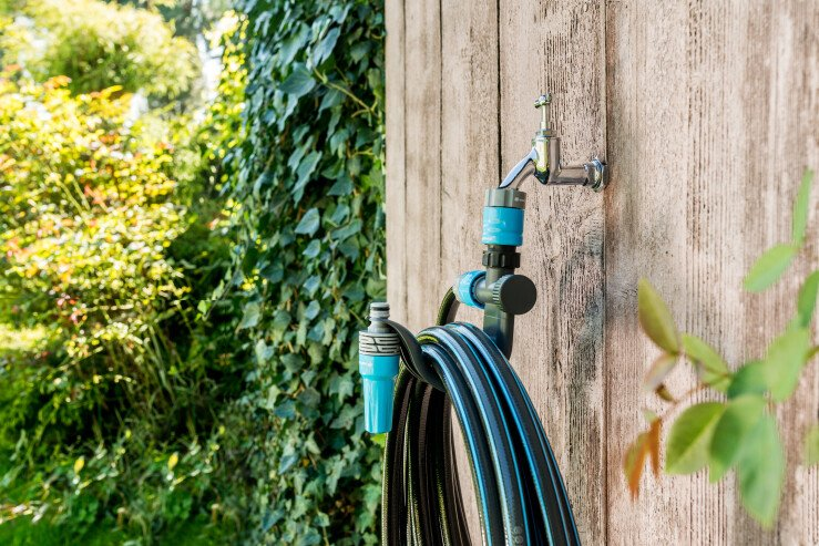 Garden hose hanger with connection